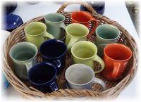 Keramik-Tassen mit Applikationen.