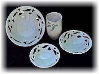 Keramikschalen mit Ausschnitten.